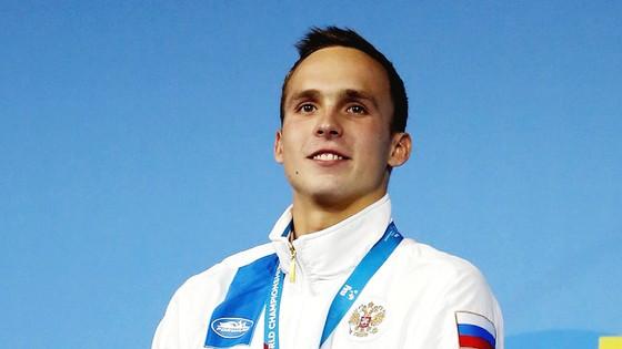Anton Chupkov xúc động trên bục nhận huy chương vàng