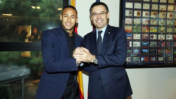 Tương lai Neymar (trái) sẽ quyết định đến chiếc ghế của ông Bartomeu
