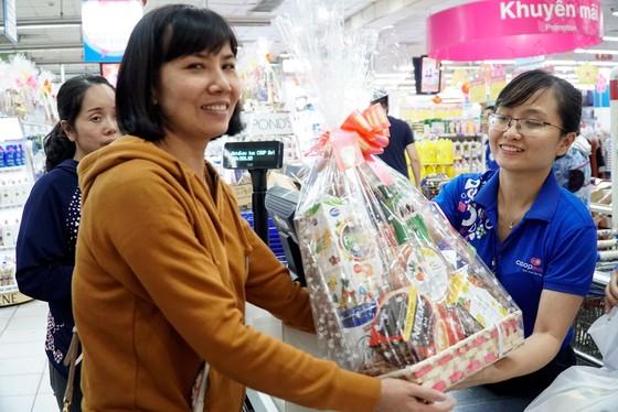 Nhộn nhịp khách đi siêu thị Co.opmart sắm tết mua 1 tặng 1 ảnh 2