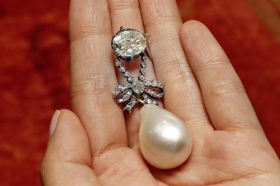 Mặt dây chuyền của Hoàng hậu Pháp Marie Antoinette bán đấu giá hơn 36 triệu USD  ảnh 1