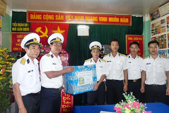 Đoàn công tác Vùng 2 Hải quân kết thúc chuyến thăm, tặng quà tết tại thềm lục địa phía Nam ảnh 1