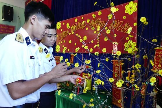 Đoàn công tác Vùng 2 Hải quân kết thúc chuyến thăm, tặng quà tết tại thềm lục địa phía Nam ảnh 4