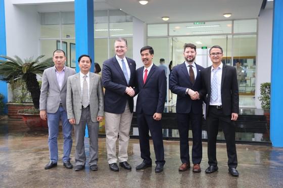 Đại sứ Mỹ thăm Nhà máy Sữa Vinamilk ảnh 2