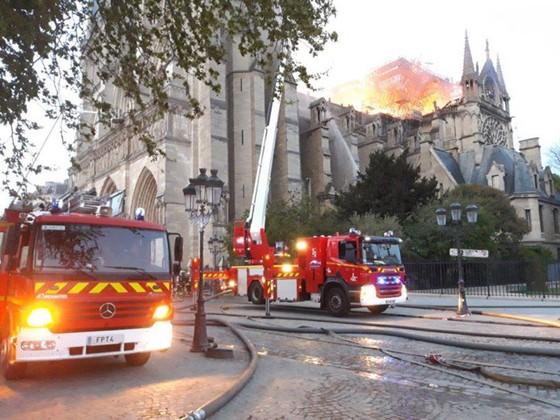 Cháy lớn tại Nhà thờ Đức Bà hơn 850 năm tuổi ở Paris ảnh 9