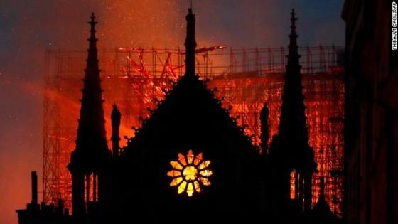 Cháy lớn tại Nhà thờ Đức Bà hơn 850 năm tuổi ở Paris ảnh 31