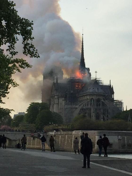 Cháy lớn tại Nhà thờ Đức Bà hơn 850 năm tuổi ở Paris ảnh 33
