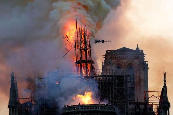 Cháy lớn tại Nhà thờ Đức Bà hơn 850 năm tuổi ở Paris ảnh 35