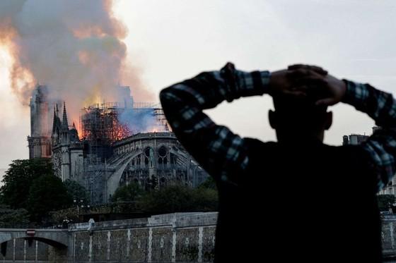 Cháy lớn tại Nhà thờ Đức Bà hơn 850 năm tuổi ở Paris ảnh 26