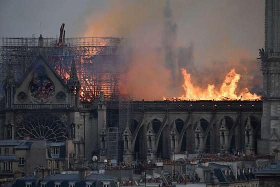 Cháy lớn tại Nhà thờ Đức Bà hơn 850 năm tuổi ở Paris ảnh 27