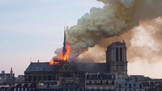 Cháy lớn tại Nhà thờ Đức Bà hơn 850 năm tuổi ở Paris ảnh 2