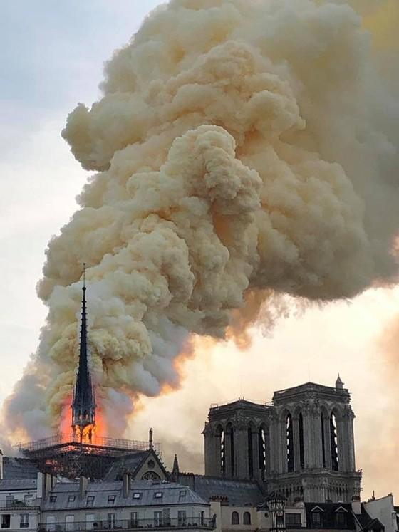 Cháy lớn tại Nhà thờ Đức Bà hơn 850 năm tuổi ở Paris ảnh 13