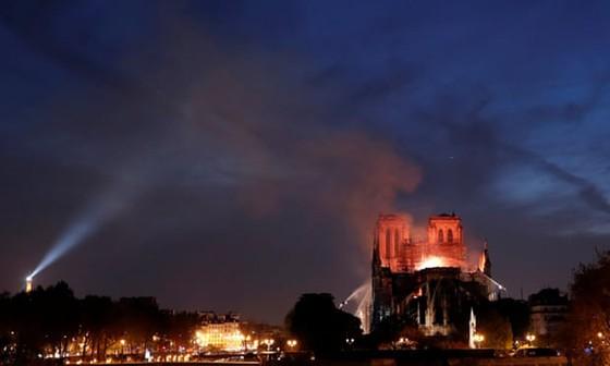 Cháy lớn tại Nhà thờ Đức Bà hơn 850 năm tuổi ở Paris ảnh 17