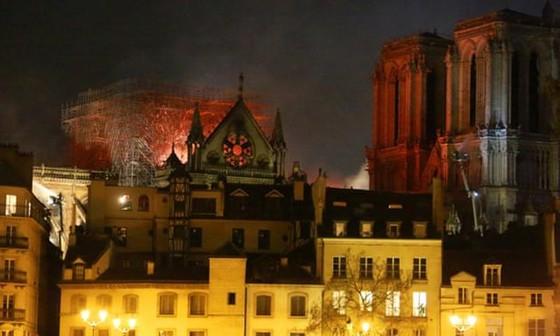 Cháy lớn tại Nhà thờ Đức Bà hơn 850 năm tuổi ở Paris ảnh 19