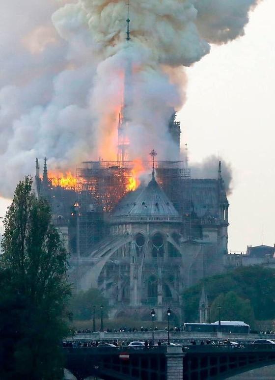 Cháy lớn tại Nhà thờ Đức Bà hơn 850 năm tuổi ở Paris ảnh 21