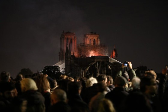 Cháy lớn tại Nhà thờ Đức Bà hơn 850 năm tuổi ở Paris ảnh 40