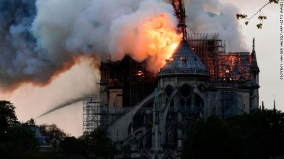 Cháy lớn tại Nhà thờ Đức Bà hơn 850 năm tuổi ở Paris ảnh 42