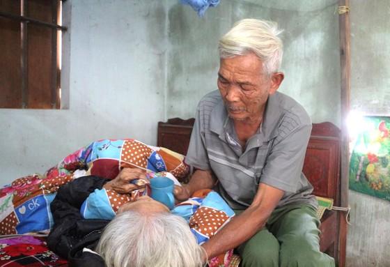 Cụ ông đãng trí chăm chị gái 80 tuổi liệt giường ảnh 1