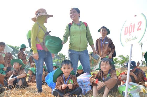 """Hàng trăm """"nông dân nhí"""" ướt đẫm mồ hôi… gặt lúa ảnh 11"""