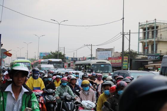 Người dân tấp nập trở lại TPHCM sau kỳ nghỉ lễ ảnh 1