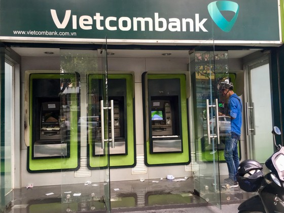 Buồng ATM thành nơi xả rác ảnh 1