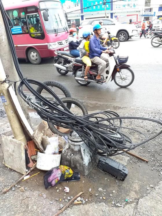 Bó dây điện cuộn dưới chân cột điện gây nhếch nhác, nguy hiểm ảnh 1