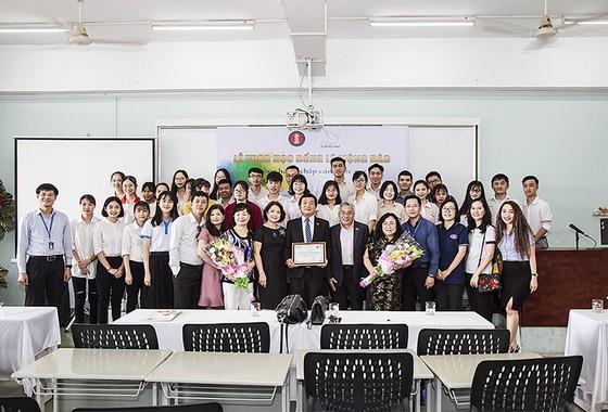 Trao 150 triệu đồng học bổng cho sinh viên Đại học Khoa học Xã hội và Nhân văn TPHCM ảnh 2
