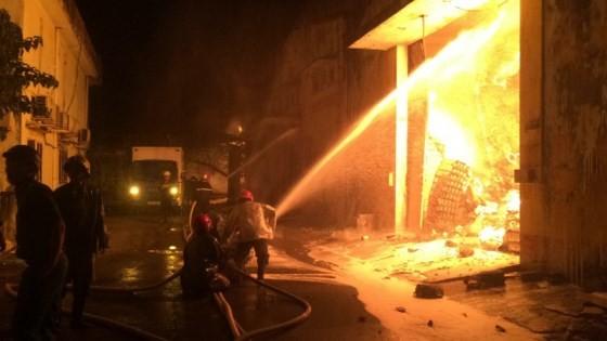 Cháy kinh hoàng tại kho chứa hàng gần Cảng Sài Gòn ở quận 4 ảnh 4