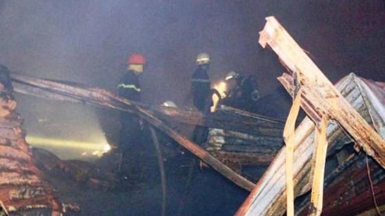 Cháy kinh hoàng tại kho chứa hàng gần Cảng Sài Gòn ở quận 4 ảnh 1