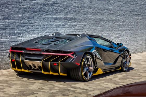 Lamborghini Centenario Roadster gia 2,4 trieu USD dau tien den My hinh anh 3
