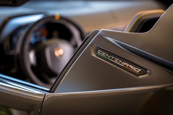 Lamborghini Centenario Roadster gia 2,4 trieu USD dau tien den My hinh anh 5