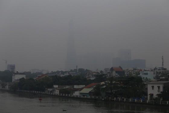 Mù bao phủ, ô nhiễm tại Sài Gòn tăng - Ảnh 2.