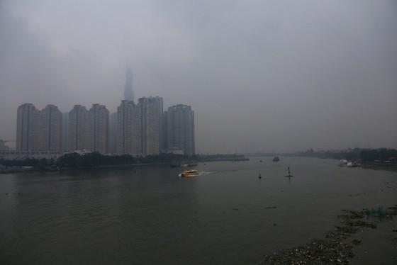 Mù bao phủ, ô nhiễm tại Sài Gòn tăng - Ảnh 3.