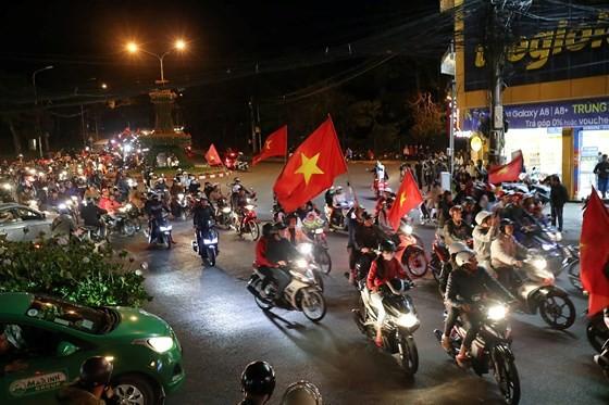 Cả nước vỡ òa trước kỳ tích của U23 Việt Nam ảnh 32