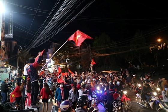 Cả nước vỡ òa trước kỳ tích của U23 Việt Nam ảnh 35