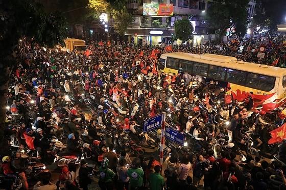Cả nước vỡ òa trước kỳ tích của U23 Việt Nam ảnh 26