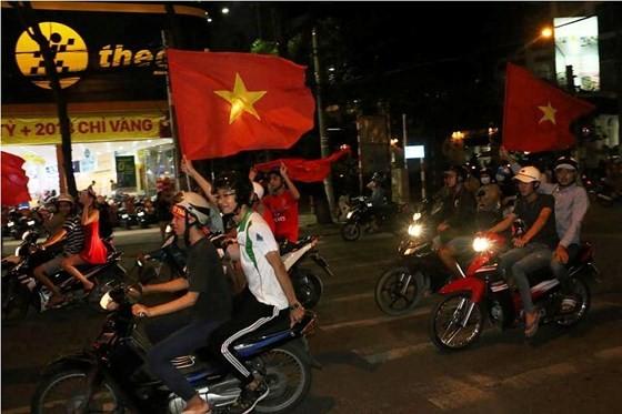 Cả nước vỡ òa trước kỳ tích của U23 Việt Nam ảnh 57