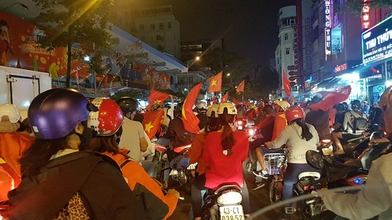 Cả nước vỡ òa trước kỳ tích của U23 Việt Nam ảnh 44