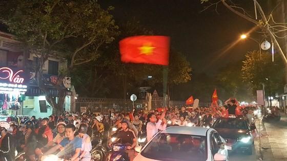 Cả nước vỡ òa trước kỳ tích của U23 Việt Nam ảnh 45