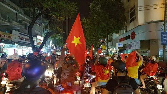 Cả nước vỡ òa trước kỳ tích của U23 Việt Nam ảnh 46