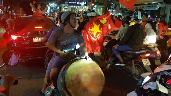 Cả nước vỡ òa trước kỳ tích của U23 Việt Nam ảnh 41