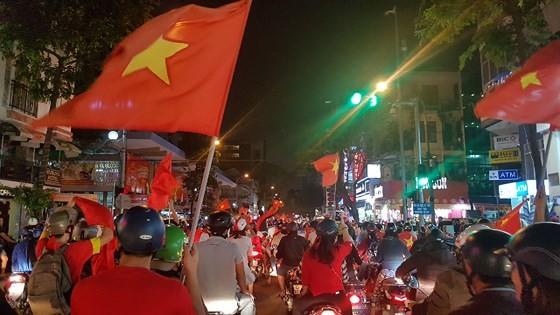Cả nước vỡ òa trước kỳ tích của U23 Việt Nam ảnh 43