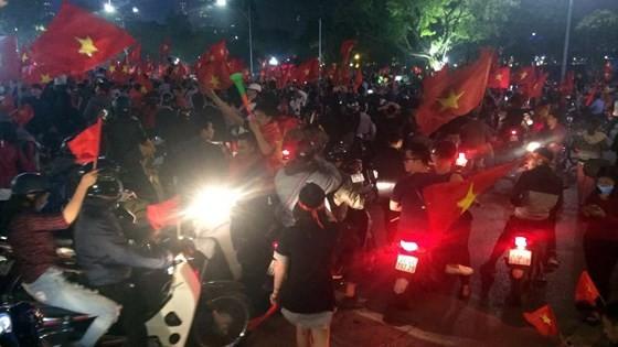 Cả nước vỡ òa trước kỳ tích của U23 Việt Nam ảnh 31