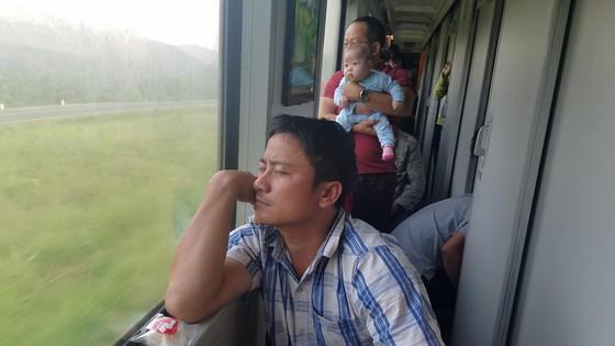 Chen chuc, vat vo tren chuyen tau ve que don Tet Mau Tuat hinh anh 7