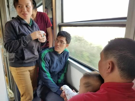 Chen chuc, vat vo tren chuyen tau ve que don Tet Mau Tuat hinh anh 6