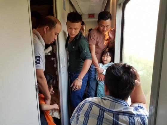 Chen chuc, vat vo tren chuyen tau ve que don Tet Mau Tuat hinh anh 5