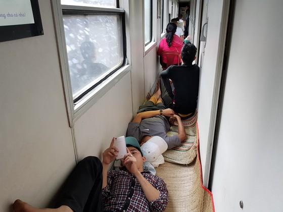 Chen chuc, vat vo tren chuyen tau ve que don Tet Mau Tuat hinh anh 12