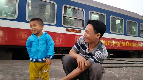 Chen chuc, vat vo tren chuyen tau ve que don Tet Mau Tuat hinh anh 17