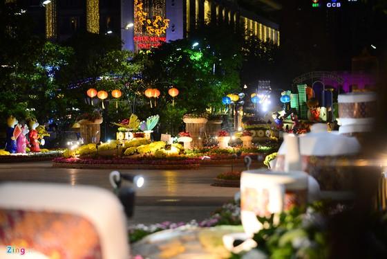 Hang nghin nguoi do ve duong hoa Nguyen Hue trong dem khai mac hinh anh 9