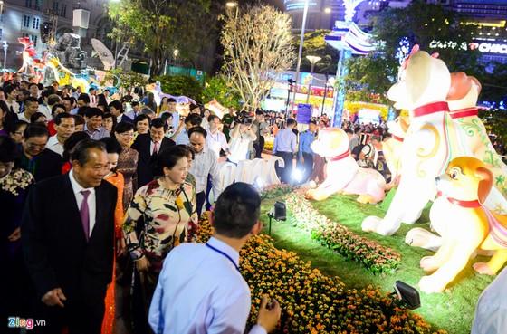 Hang nghin nguoi do ve duong hoa Nguyen Hue trong dem khai mac hinh anh 2