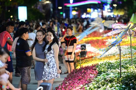 Hang nghin nguoi do ve duong hoa Nguyen Hue trong dem khai mac hinh anh 7